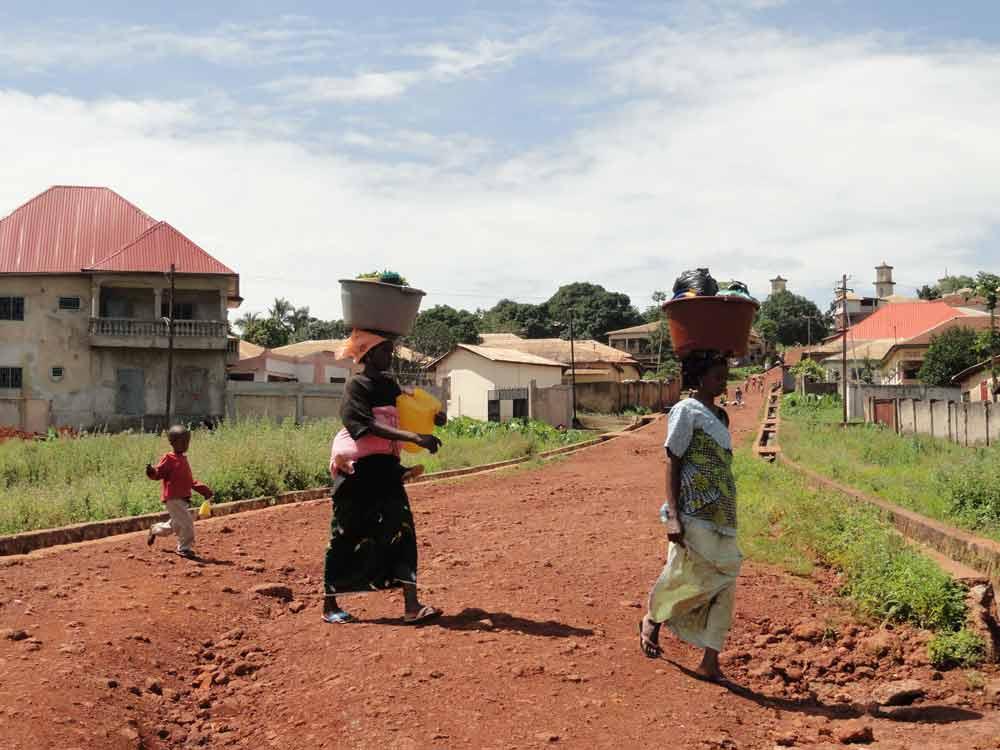 Scènes de vie en Guinée Façon traditionnelle de porter les marchandises
