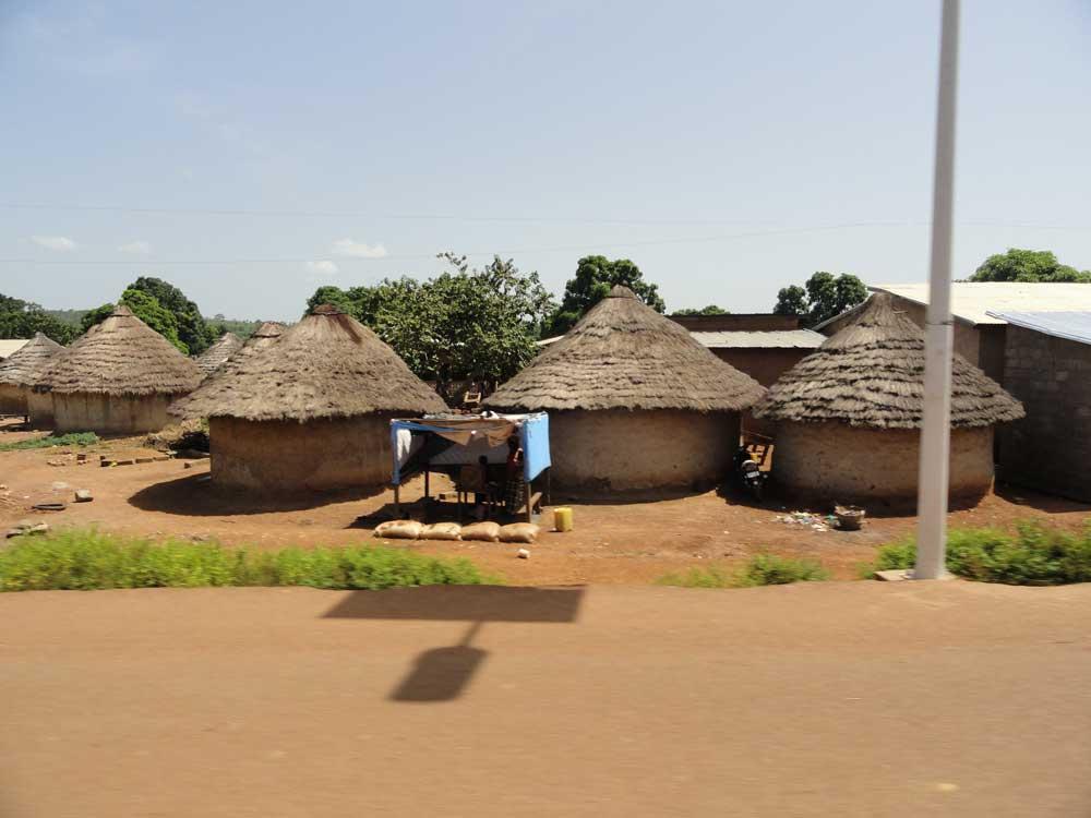 Des cases en Guinée