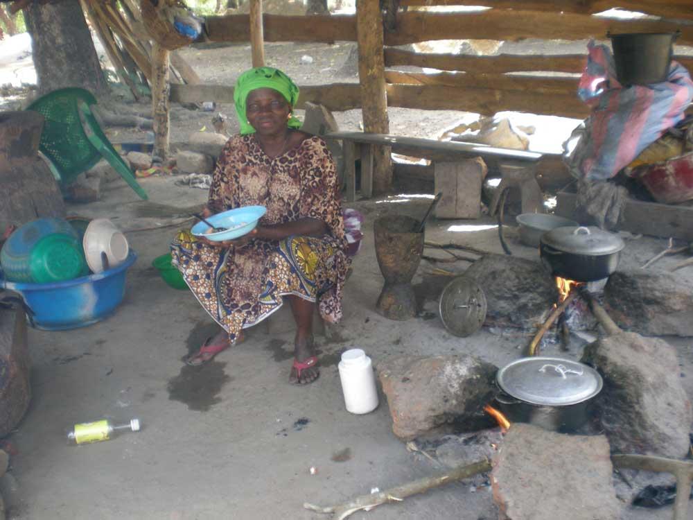 Une cuisine dans une case en Guinée